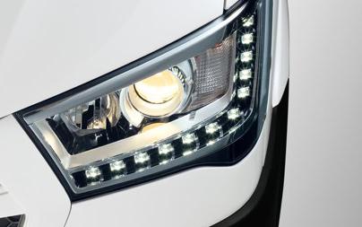 Đèn pha projector kết hợp dải đèn LED chiếu sáng ban ngày